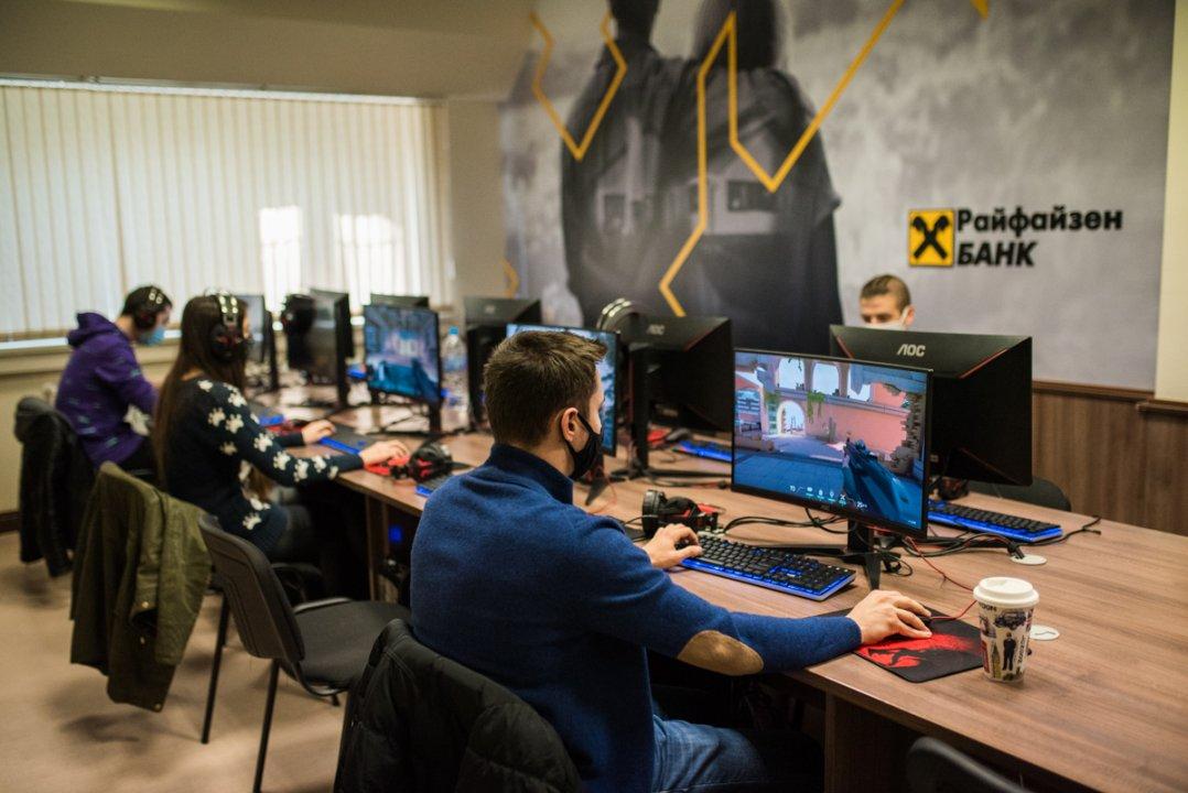 Оспорван двубой между студентски отбори при откриването на залата за електронни спортове в ИУ – Варна
