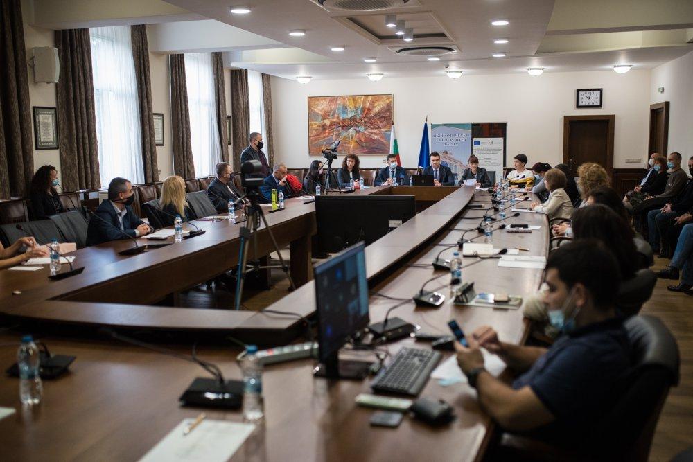 """Проектът """"Модернизация на висшето образование за постигане на интердисциплинарно и иновативно обучение в условията на цифрова трансформация"""" беше представен на среща с медиите"""